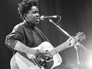 Tracy Chapman with guitar